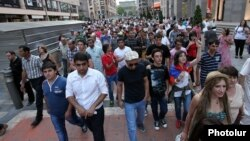 Молодые люди протестуют против повышения цен на общественный транспорт. Ереван, 28 июля 2013 года.