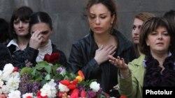 «Армян геноциді» құрбандарын еске алуға келген армяндар. Ереван, 24 сәуір 2013 жыл. (Көрнекі сурет)