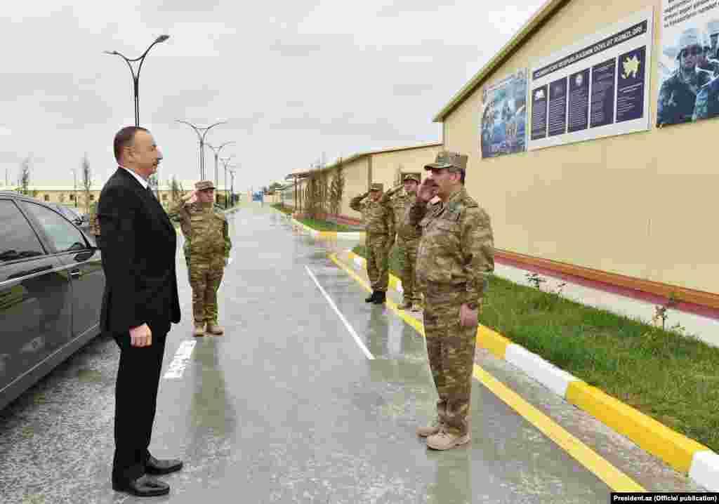 Prezident İlham Əliyev Müdafiə Naziri Zakir Həsənovla görüşür