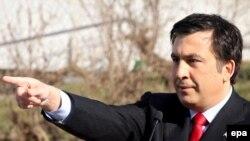 Наблюдатели считают, что таким образом Саакашвили пытается разрядить обстановку