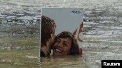 Рекламний плакат у водах Дунаю у Братиславі, 6 червня 2013 року, ілюстраційне фото