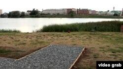 Первоначально памятный знак в честь российской императрицы Екатерины Второй планировалось разместить на набережной Нижнего Кабана