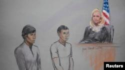Диас Кадырбаев и Азамат Тажаяков в зале суда перед федеральным судьей Марианной Боулер на слушаниях, прошедших 1 мая 2013 года.