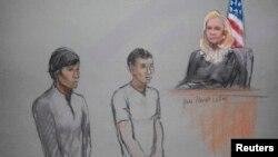 Діас Кадирбаєв (ліворуч) і Азамат Тажаяков у суді, 1 травня 2013 року