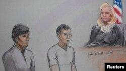 Граждане Казахстана Диас Кадырбаев (слева) и Азамат Тажаяков в федеральном суде в Бостоне. 1 мая 2013 года.