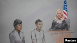 Граждане Казахстана Диас Кадырбаев (слева) и Азамат Тажаяков в суде в Бостоне. 1 мая 2013 года.