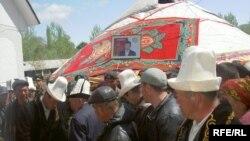 Санжар Кадыралиевди акыркы сапарга узатышууда, 16-апрель, 2009-жыл