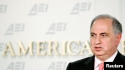 Заместитель премьер-министра Ирака Ахмед Чалаби выступает в институте American Enterprise в Вашингтоне 9 ноября 2005 г.