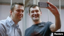 Рускиот опозициски лидер Алексеј Навални и неговиот брат Олег.