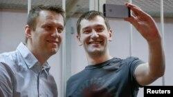 Олексій (ліворуч) та Олег Навальний в залі суду в Москві, 30 грудня 2014 року