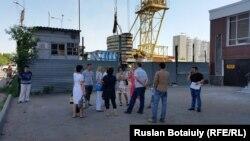 """Люди, вложившиеся в проект жилого комплекса """"Тамаша уй"""", на строительной площадке, где не ведутся никакие работы. Астана, 25 июня 2015 года."""