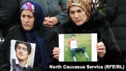 Участницы митинга с фотографиями похищенных родственников