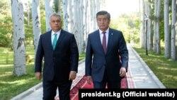 Премьер-министр Венгрии Виктор Орбан и президент Кыргызстана Сооронбай Жээнбеков (справа). 4 сентября 2018 года.