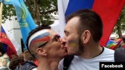 Булат Барантаев и его друг Артем на гей-параде в Берлине