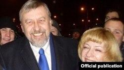Андрэй Саньнікаў і Ірына Халіп у часе выбарчай кампаніі 2010 году.