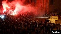 Taksim meýdançasynda polisiýa protestçileri dargatmak üçin suw çüwdürimlerini we göz ýaşardyjy gazlary ulanýar. Stambul, 12-nji iýun, 2013.