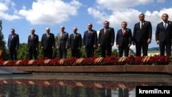 Владимир Путин вместе с главами иностранных государств возложил цветы к Могиле Неизвестного Солдата. 24 июня 2020 года
