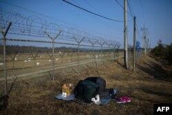 Родственники тех, кто остался в КНДР, молятся на границе демилитаризованной зоны между Северной и Южной Кореями