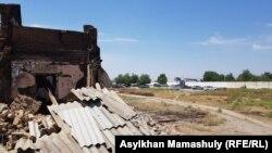 Оқ-дәрі қоймасы жарылған әскери бөлім өртенген 8 пәтерлі үйден шамамен 100 метр жерде орналасқан. Арыс, Түркістан облысы, 29 маусым 2019 жыл.