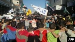 Группа детей участвует в антиправительственной демонстрации в Алеппо, 26 апреля 2012
