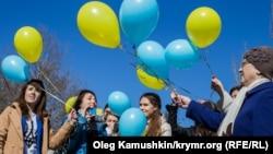 Мітинг проукраїнських кримчан біля пам'ятника Тарасові Шевченку. Сімферополь, 9 березня 2015 року