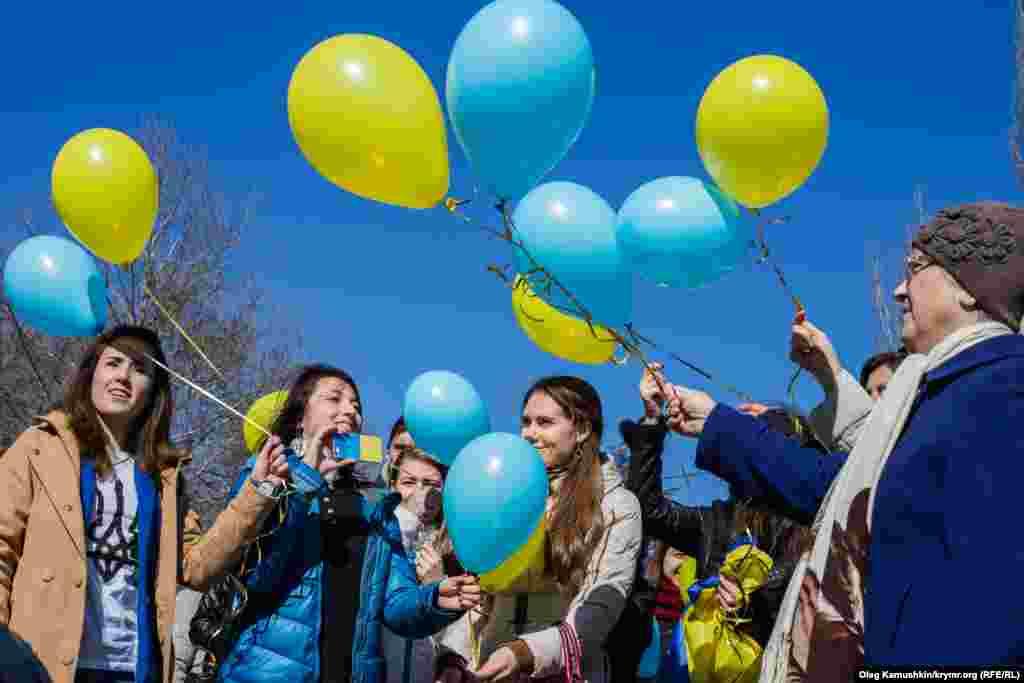 Активісти запустили в небо жовто-блакитні кулі