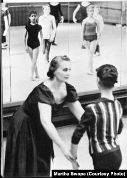 Антонина Тумковская с учеником. Нью-Йорк, 1959. Фото Martha Swope.