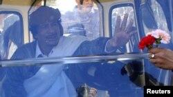 Сторонники Муамара Каддафи встречают его цветами...