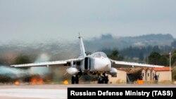 Російський Су-24 на авіабазі Хмеймім у Сирії (архівне фото)