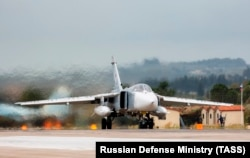 Российский бомбардировщик Су-24 на авиабазе в Сирии.
