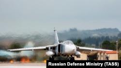 Российский бомбардировщик Су-24 перед отправкой из Сирии в Россию