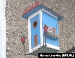 «Мотель»-скворечник, созданный пенсионером Николаем Мотвиецем. Посёлок Шульбинск Восточно-Казахстанской области, март 2013 года.
