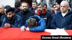 Похорон одного із загиблих під час теракту в Стамбулі, 1 січня 2017 року