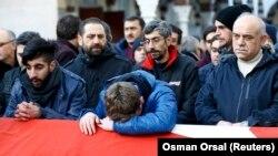 Истанбулдагы һөҗүмдә һәлак булган Айһан Арикның туганнары