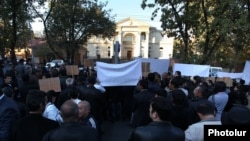 Armenia - Supporters of the slain Proshian village Mayor Hrach Muradian demonstrate outside the presidential palace in Yerevan, 29Oct2013.