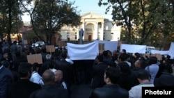 Armenia - Supporters of the slain Proshian village Mayor Hrach Muradian demonstrate outside the presidential palace in Yerevan, 29Oct2013.