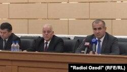 Генеральный прокурор Таджикистана Юсуф Рахмон (справа) на пресс-конференции в Душанбе, 28 января 2020 года