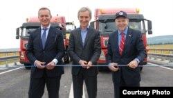 Ambasadorul William H. Moser (dreapta), la inaugurarea unui drum renovat, împreună cu premierul Iurie Leancă (centru)