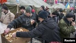 Один из пунктов раздачи продуктов участникам Евромайдана