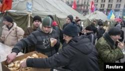 Участники протестов в поддержку евроинтеграции получают бесплатную еду в одной из волонтерских палаток. Киев, 20 декабря 2013 года.
