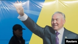 Агитационный баннер с изображением президента Казахстана Нурсултана Назарбаева. Алматы, 11 января 2012 года.