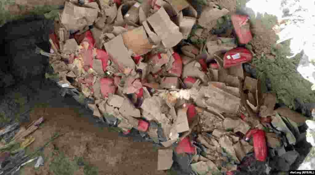 Раздавленные остатки сыра в земляной яме.