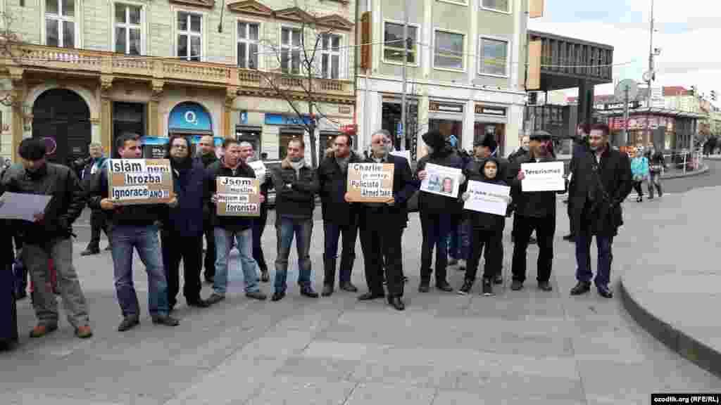 Участники акции выступили с осуждением нападения на редакцию.