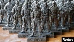 Цензураға ілінбеген ойыншықтардың бірі - Украинадағы ресейшіл сепаратистер мүсіндері. Мәскеу, 29 тамыз 2014 жыл.