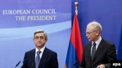Բելգիա -- ԵՄ խորհրդի նախագահ Հերման Վան Ռամպոն եւ Հայաստանի նախագահ Սերժ Սարգսյանը հանդիպման ավարտին պատասխանեցին լրագրողների հարցերին: Բրյուսել, 27-ը մայիսի 2010թ.