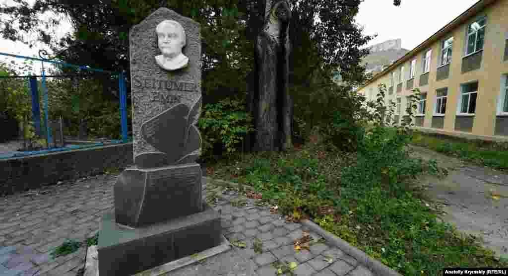 Поруч із Палацом культури розташований пам'ятник Сейтумеру Еміну – відомому кримськотатарському поету і письменнику, народженому в Албаті
