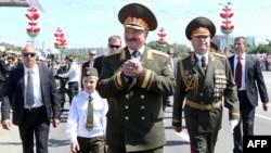 Президент Білорусі Олександр Лукашенко у супроводі свого тоді ще маленького сина Колі на параді до Дня незалежності у Мінську, 3 липня 2013 року