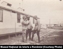 Medici militari români, 1917. (Sursa: Expoziția Marele Război, 1914-1918, Muzeul Național de Istorie a României, http://www.marelerazboi.ro/razboi-catalog-obiecte/item/medici-militari-2)