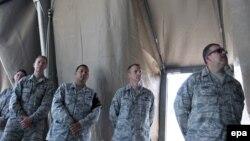 """Американские военные во время церемонии закрытия транзитного центра базы """"Манас"""" в Бишкеке. 3 июня 2014 года."""