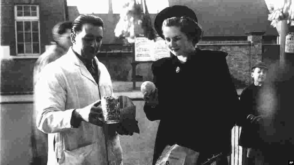 Маргарет Робертс (пізніше прем'єр-міністр Великої Британії Маргарет Тетчер) купує арахіс і фрукти в Кенті, 1950 рік.